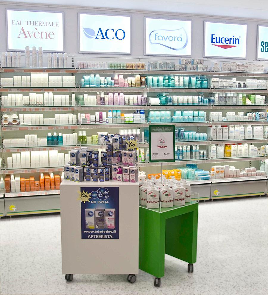 Kosmetiikkahyllyt apteekissa