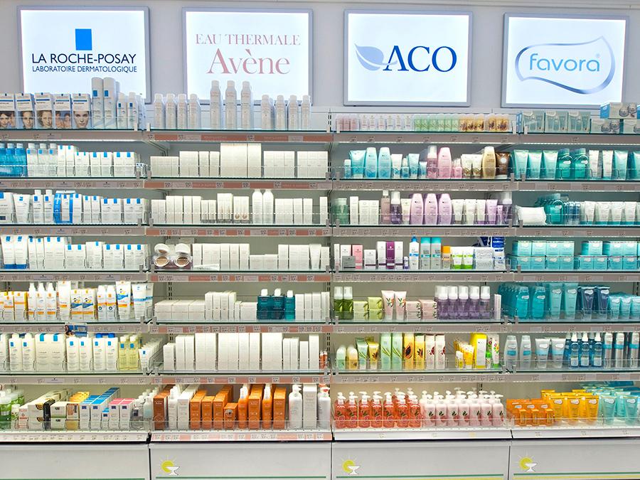 kosmetiikkatuotteet apteekin hyllyssä